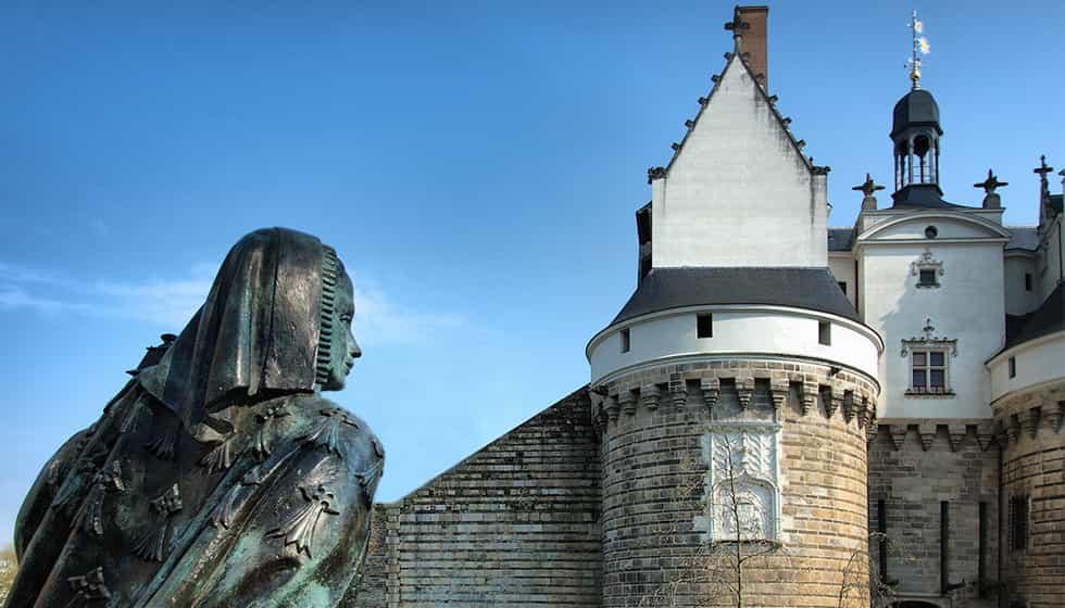 Statue de la duchesse Anne par Jean Fréour devant le château.
