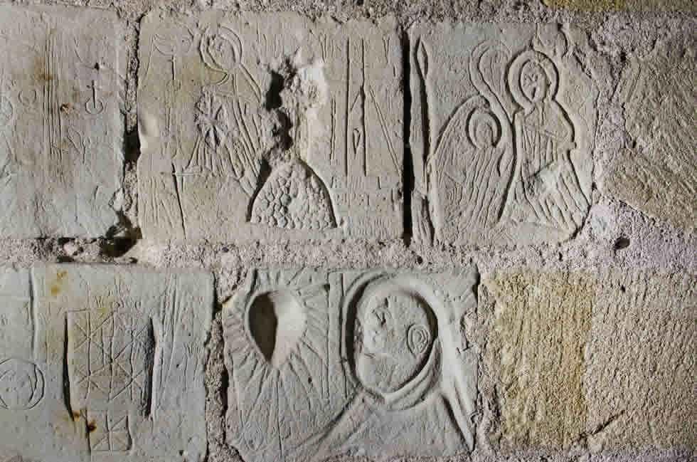 Les graffitis des Templiers, dans les geôles de la tour du Coudray